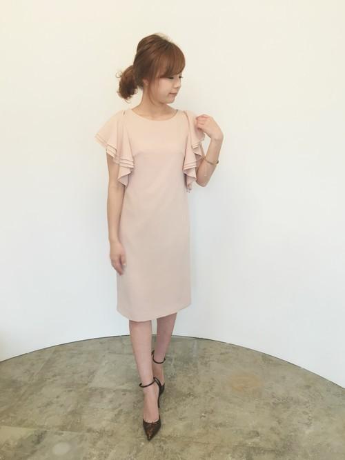 59bc85111a6d3 春におすすめのドレスなら膝が隠れる丈のネイビードレスです。シルバーのジャケットボレロを合わせると上品で華やかな感じになるのでグッドです!