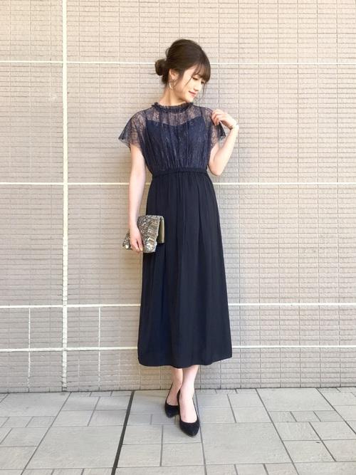 20代30代女性の一番人気は、「ネイビー(紺系)ドレス 」で、上品でおしゃれなお呼ばれコーデが簡単に仕上がるし、シンプルなので、いろいろなシーンで着回せる!